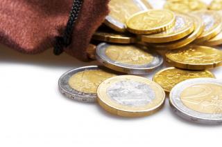 Illustration: pièces de monnaie (euros) sortant d'un porte-monnaie rouge